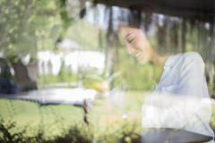 Το ασιατικό χαμόγελο γυναικών με το τέλειο χαμόγελο στον καφέ καφέ για χαλαρώνει Στοκ Εικόνες