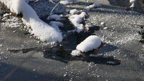 Το δασικό ρεύμα ρέει τοπίο στο χιόνι χειμερινής δασικό φύσης, Στοκ Φωτογραφία