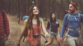 Το δασικό ταξίδι περιπέτειας στρατόπεδων χαλαρώνει την έννοια στοκ φωτογραφίες