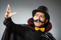 Το αστείο άτομο μάγων που φορά tophat Στοκ φωτογραφία με δικαίωμα ελεύθερης χρήσης