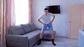 Το αστείο άτομο nerd κάνει σύνθετο των ασκήσεων ικανότητας στο σπίτι Έννοια αθλητικού χιούμορ φιλμ μικρού μήκους