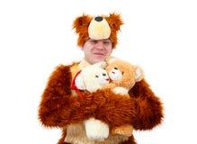 Το αστείο αγόρι στο κοστούμι αρκούδων αγκαλιάζει μερικό παιχνίδι αντέχει Στοκ φωτογραφία με δικαίωμα ελεύθερης χρήσης