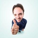 Το αστείο ευτυχές άτομο λέει εντάξει με τον αντίχειρα επάνω Στοκ Εικόνες