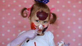 Το αστείο κορίτσι παιδιών σύρει με τα χρώματα Τέχνη μωρών Βρώμικος καλλιτέχνης χρωμάτων απόθεμα βίντεο