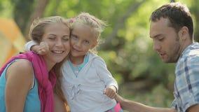 Το αστείο μικρό κορίτσι της δίνει το μάγουλο για ένα φιλί σε απόθεμα βίντεο