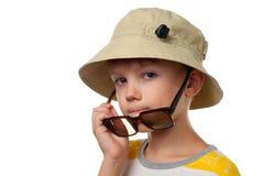 Το αστείο μικρό παιδί στα γυαλιά ήλιων κλείνει επάνω απομονωμένος Στοκ Φωτογραφία