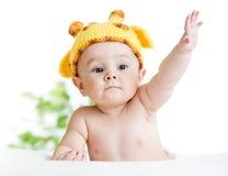 Το αστείο μωρό νηπίων έντυσε στο καπέλο Στοκ εικόνα με δικαίωμα ελεύθερης χρήσης
