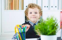 Το αστείο παιδί μοιάζει με έναν προϊστάμενο σε έναν υφιστάμενο λίγος προϊστάμενος στην αρχή Στοκ Εικόνες