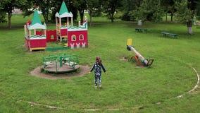Το αστείο χαριτωμένο κορίτσι παίζει schoolyard φιλμ μικρού μήκους