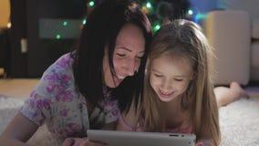 Το αστείο mom και η καλή κόρη έχουν τη διασκέδαση με την ταμπλέτα οικογενειακή ευτυχής & απόθεμα βίντεο