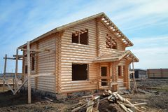 Το ατελές, οικολογικό ξύλινο σπίτι φιαγμένο από συνδέεται την επαρχία Στοκ εικόνα με δικαίωμα ελεύθερης χρήσης