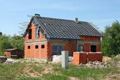 Το ατελές τυποποιημένο του χωριού σπίτι αποτελείται από τα κόκκινα τούβλα Στοκ Εικόνες
