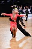 Το λατινικό ζεύγος χορού σε έναν χορό θέτει Στοκ εικόνες με δικαίωμα ελεύθερης χρήσης