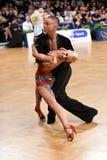 Το λατινικό ζεύγος χορού σε έναν χορό θέτει Στοκ φωτογραφία με δικαίωμα ελεύθερης χρήσης