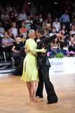 Το λατινικό ζεύγος χορού σε έναν χορό θέτει Στοκ Εικόνα