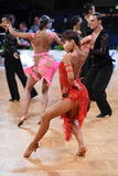 Το λατινικό ζεύγος χορού σε έναν χορό θέτει Στοκ φωτογραφίες με δικαίωμα ελεύθερης χρήσης