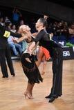 Το λατινικό ζεύγος χορού σε έναν χορό θέτει Στοκ Εικόνες