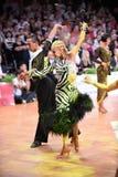 Το λατινικό ζεύγος χορού σε έναν χορό θέτει Στοκ εικόνα με δικαίωμα ελεύθερης χρήσης