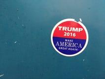 Το ατού καθιστά την Αμερική μεγάλη πάλι, αυτοκόλλητη ετικέττα εκλογής στοκ εικόνες