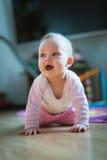 Το λατρευτό κοριτσάκι σέρνεται σε όλο το πάτωμα fours στοκ φωτογραφίες με δικαίωμα ελεύθερης χρήσης
