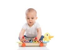Το λατρευτό μωρό απολαμβάνει και παίζοντας κρούση Στοκ εικόνες με δικαίωμα ελεύθερης χρήσης