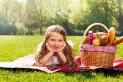 Το λατρευτό ξανθό κορίτσι στο πικ-νίκ σταθμεύει την άνοιξη Στοκ Εικόνα