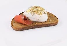 Το αυγό κυνήγησε λαθραία με τα ψάρια σολομών Στοκ φωτογραφία με δικαίωμα ελεύθερης χρήσης