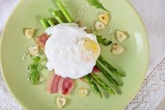 το αυγό σπαραγγιού πράσινο κυνήγησε λαθραία σαλάτα Στοκ εικόνες με δικαίωμα ελεύθερης χρήσης