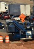 Το αυλακωμένο σημάδι πεζοδρομίων προειδοποιεί τους αυτοκινητιστές στοκ φωτογραφία με δικαίωμα ελεύθερης χρήσης