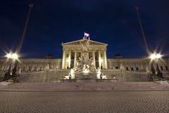 Το αυστριακό Κοινοβούλιο στη Βιέννη - μετωπική όψη νύχτας Στοκ εικόνες με δικαίωμα ελεύθερης χρήσης
