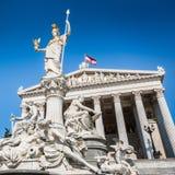 Το αυστριακό Κοινοβούλιο με την πηγή του Παλλάς Αθηνά στη Βιέννη, Αυστρία Στοκ φωτογραφία με δικαίωμα ελεύθερης χρήσης
