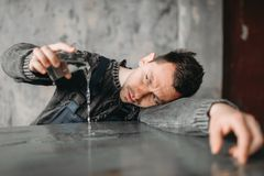 Το αυτιστικό άτομο χύνει το νερό από το ποτήρι στον πίνακα στοκ εικόνες