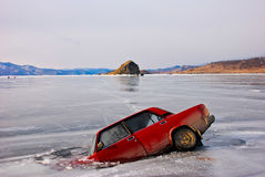 Το αυτοκίνητο έπεσε μέσω του πάγου Στοκ φωτογραφίες με δικαίωμα ελεύθερης χρήσης