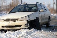 Το αυτοκίνητο έσπασε, πρέπει να βάλει την εφεδρική ρόδα, μια έκτακτη ανάγκη στο δρόμο το χειμώνα, επικίνδυνος χειμερινός δρόμος π στοκ εικόνα με δικαίωμα ελεύθερης χρήσης
