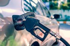Το αυτοκίνητο ανεφοδιάζει σε καύσιμα στο βενζινάδικο Στοκ Εικόνες