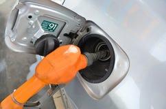 Το αυτοκίνητο ανεφοδιάζει σε καύσιμα Στοκ φωτογραφία με δικαίωμα ελεύθερης χρήσης
