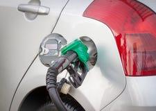 Το αυτοκίνητο ανεφοδιάζει σε καύσιμα Στοκ Φωτογραφίες