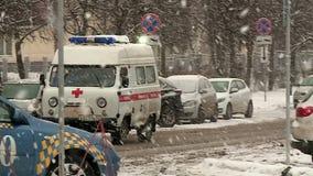 Το αυτοκίνητο ασθενοφόρων το χειμώνα στο χιόνι φέρνει τον ασθενή στο νοσοκομείο φιλμ μικρού μήκους