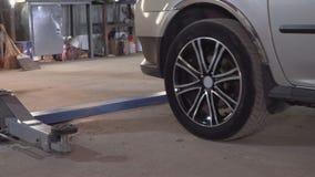 Το αυτοκίνητο αφήνει τον ανελκυστήρα αυτοκινήτων στενό στον επάνω πρατηρίων βενζίνης απόθεμα βίντεο