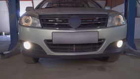 Το αυτοκίνητο αφήνει τον ανελκυστήρα αυτοκινήτων στο πρατήριο βενζίνης απόθεμα βίντεο