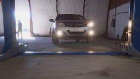 Το αυτοκίνητο αφήνει τον ανελκυστήρα αυτοκινήτων στο σύγχρονο πρατήριο βενζίνης απόθεμα βίντεο