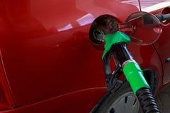 Το αυτοκίνητο γεμίζει με τη βενζίνη στοκ εικόνα