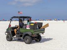 Το αυτοκίνητο για τη συλλογή απορριμάτων από την παραλία στοκ εικόνες με δικαίωμα ελεύθερης χρήσης