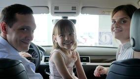 Το αυτοκίνητο για το ταξίδι, οικογένεια πηγαίνει στο ταξίδι, το πορτρέτο των ευτυχών ανθρώπων στο νέο αυτοκίνητο, τους γονείς του απόθεμα βίντεο