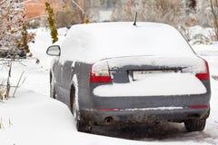Το αυτοκίνητο είναι καλυμμένοι παγάκια, χιόνι και πάγος Καθαρισμός snowdrift Προβλήματα πρόσβασης Στοκ Εικόνα