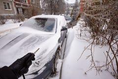 Το αυτοκίνητο είναι καλυμμένοι παγάκια, χιόνι και πάγος Καθαρισμός snowdrift Προβλήματα πρόσβασης Στοκ Φωτογραφίες