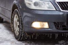 Το αυτοκίνητο είναι καλυμμένοι παγάκια, χιόνι και πάγος Στοκ Εικόνες
