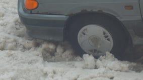Το αυτοκίνητο είναι κολλημένο και γλιστρώντας στο χιόνι φιλμ μικρού μήκους