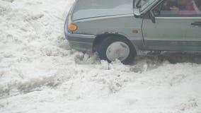 Το αυτοκίνητο είναι κολλημένο και γλιστρώντας στο χιόνι απόθεμα βίντεο