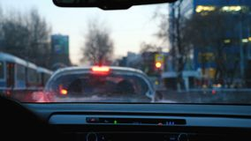 Το αυτοκίνητο είναι σε μια κυκλοφοριακή συμφόρηση στο κέντρο της πόλης στα σταυροδρόμια απόθεμα βίντεο
